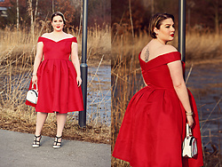 Luciana Blümlein - Chi Curve Dress, Valentino Pumps, Gilson Martins Bag, Hermès Bracelet - • Red •