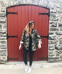 Amelia Burns - Adidas Shoes, American Eagle Outfitters Jeans, Thrifted Jacket - Barn Looks