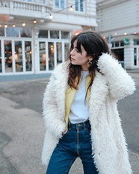 Frankie Miles - Coach Leatherjacket, Subdued Fluffy Coat, Obey White Longsleeve, Arizona Vintage Zipper Momjeans, Six Golden Earrings - WeloveHH