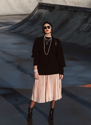 Wiktoria Celmer - Karl Lagerfeld Pink Midi Skirt, Karl Lagerfeld Necklace, Marc Jacobs Round Sunglasses, H&M Cashmere Oversize Sweater - 20s