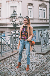 Stephanie Van Klev - Zara Camel Coat, & Other Stories Pullover, Gucci Belt, Chloé Bag, Levi's® Jeans, Zara Ankle Boots - Camel Coat & A Touch Of Vintage