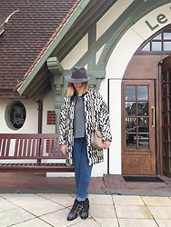 The laid-back girl Léa - Free People Hat, Vanessa Bruno Coat, Mango Sweater, Levi's® Jeans, Chloé Bag, Chloé Boots - 70's touch in Deauville