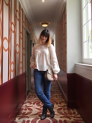 The laid-back girl Léa - Sézane Blouse, Chloé Bag, Levi's® Jeans, Chloé Boots - The Sézane blouse