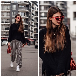 Jacky - Gina Tricot Pants, Reebok Sneaker, Na Kd Sweater, Cala Jade Bag, Azari Sunnies - How to style: wearing striped pants