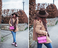 Eleonora Pellini - Cambridge Satchel Monogram Fluo Pink, Dr. Martens Metal Pink, Uniqlo Beige Coat, Levi's® Jeans - Is it spring or autumn? 🍂