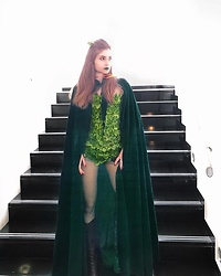 Leda Spyropoulou - Lime Crime Serpentine Lipstick, Diy Poison Ivy Corset, Dark Green Velvet Hooded Cloak, Croc Skin Boots, Green Tights, Layla Milano Deep Red Nail Polish - Athens Comicdom 2018 - Poison Ivy Cosplay