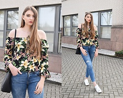 Paulina Kędzierska - Flower Tops, Jeans, Sneakers, Black Bag - Everyday outfit