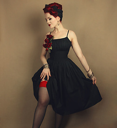 Charlotte S. - Heartsandfound Grace Dress, What Katie Did Glamour Stockings, Bow And Crossbones Monroe Hop Earrings - La vie en rose