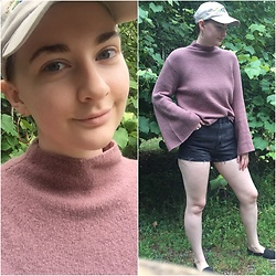 Kim Guthrie - Forever 21 Dusty Rose Turtle Neck, Cropped Black High Waisted Shorts, Black Flats, Beige Baseball Hat, Gold Hoop Earrings - Dusty rose