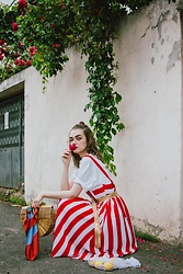 Andreea Birsan - Striped Midi Dress, White T Shirt, Ark Bamboo Bag, Striped Scarf, Clear Lens Glasses, Gold Metallic Belt, Mesh Market Bag - Rose collector