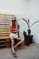 Felizia Lorenzotti - Quay Kitti Sunglasses, Coke Merch, Dr. Denim Jean Shorts, Primark Slippers - Refreshing