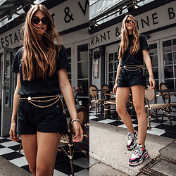 Jacky - Balenciaga Sneakers, Levi's® Shorts -  Travel Outfit: how to combine an all black outfit