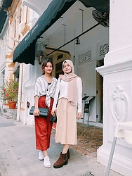 Chanel Asyiqin - Beige Vintage Midi Skirt, Harajuku Brown Boots, Beige Chiffon Scarf, White Chiffon Blouse, Black Shoulder Bag, Brown Inner Leggings - Fall