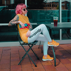 Jessie Barber - Reebok Classic Nylon Sp, Reebok Classic Graphic Leggings, Vintage Mesh Top, Madewell Fest Aviators - Kick Back