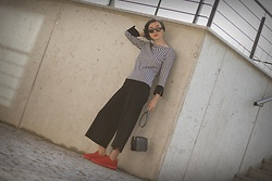 Ewa Macherowska - Second Hand Blouse, Second Hand Pants, Deichmann Sneakers, Mohito Bag, Born 86' Sunglasses, Nn Earrings - Smart Casual