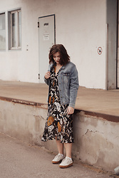 Mel T -  - Denim jacket, midi dress & plateau sneakers