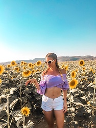 Imgoshka - Trendyol Purple Croptop, Zara White Ripped Shorts, Tom Ford White Sunglasses - Summer look in a sunflower field