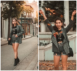 Theoni Argyropoulou - Zaful Blazer, Bershka Metallica T Shirt, Levi's® Vintage Denim Shorts, Stradivarius Chain Belt, Western Boots, Bag, Vintage Earrings - How to Style Western Boots for Fall on somethingvogue.com