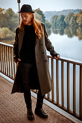Maik - Menil Hat, Hugo Boss Coat, Cos Pullover, The Kooples Leather Pants, G Star Raw Boots - Autumn look with coat and leather trousers