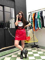 Karen Cardiel - Pull & Bear Gangsta Claus Tshirt, Pull & Bear Red Vynil Miniskirt, Must Concept Store Turn Down For What Sunglasses, Must Concept Store Reversible Sequins Boots - ❄️❤️🎅🏻 HELLO DECEMBER 🎅🏻❤️❄️