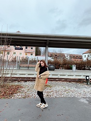 Syrena Hung - Zara Sneaker, Izzue Coat, Izzue Sweater - Christmas in Füssen