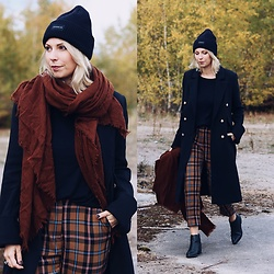 Lavie Deboite - Scarf, Checlkered Pants, Black Coat, Chelsea Boots, Beanie, Sweater - Checkered Pants