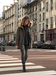 The laid-back girl Léa - Superdry Parka, Balenciaga Sweatshirt, Reiko Jeans, Saint Laurent Boots - Niki