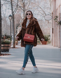 Juls Theulifestyle - Mango Pink Bag, Zara Faux Fur Coat, Zara Ugly Sneakers - Faux fur and ugly sneakers