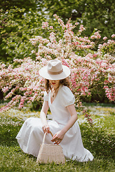 Andreea Birsan - Beige Fedora Hat, White Puffy Shoulders Dress, Straw Basket Bag - The white dress