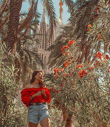 Mariamma Iris - Levi's® Levi's Denim Cut Off Shorts, Brown Vintage Belt, Red Vintage Off The Shoulder Blouse - Gaudí & Me