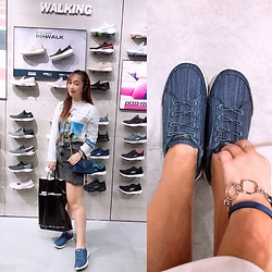 Lan Chi Vu - Skechers Sportive Shoes, Saint Laurent Clutch, Hermès Navy Bracelet - Shoes store