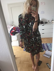 Kelly Doll - Monki Psychedelic Dress - Summervibes and curly hair