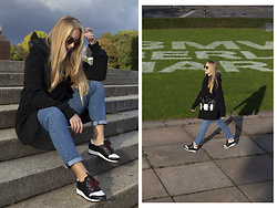Ewa Michalik - H&M Coat, Reserved Jeans, Mash Sneakers, Vasuma Sunglasses, Beltbag Bag, Animals Wave Hoodie - Minimal in Berlin