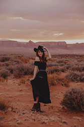 Dépêches Mode - Mad Vintage Dress, Boots - Monument Valley