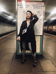 Weronika Bukowczan - Oasis Checkered Capri Trousers Black And White, New Look Chunky Black Boots, Vinyl Black Trench Coat, Primark Silver Cross Body Bag - London Nights