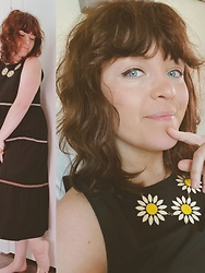 STEVIE M - Vintage Daisy Necklace, Madewell Dress - Claudia's daisy necklace