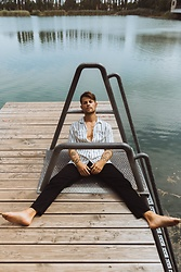 Kevin Elezaj - Levi's® Jeans, Farah Shirt - At the lake